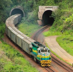 trem-saindo-tunel-duplo